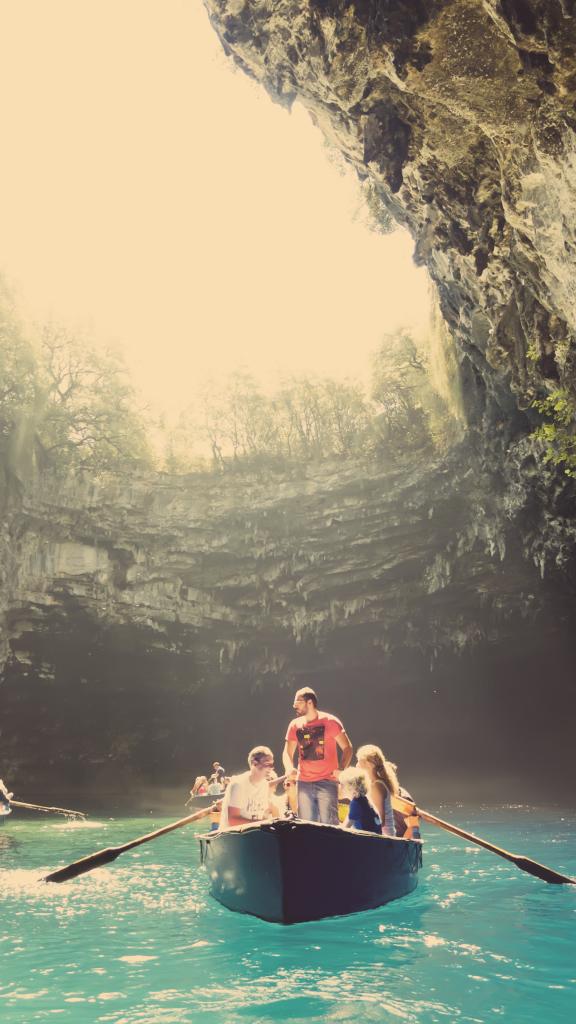 Zur Mittagszeit fällt das meiste Tageslicht durch die eingebrochene Decke in die Höhle.                                   Fotonachweis: N. Samourelis