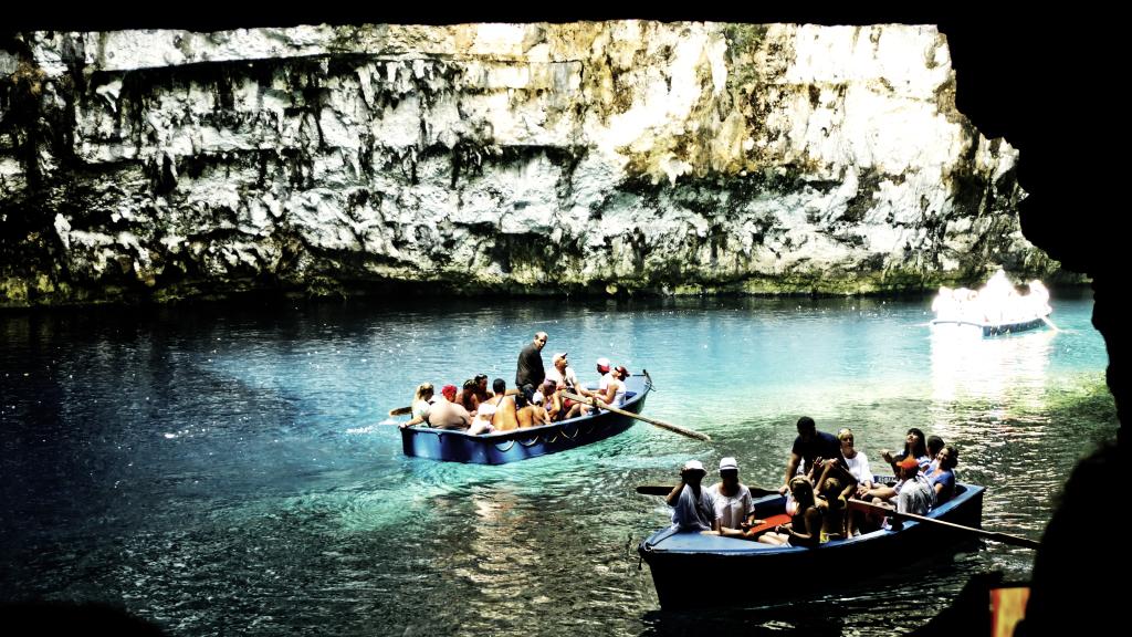 Bootfahrt im See Melissani-Kefalonia. Nachweis: N. Samourelis
