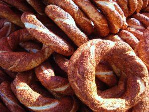 Egal ob man sie Simitia, Sesambrezeln oder Koulouria nennt sind sie lecker. Mit Feta-Käse oder Greyerzer schmecken sie uns am besten!