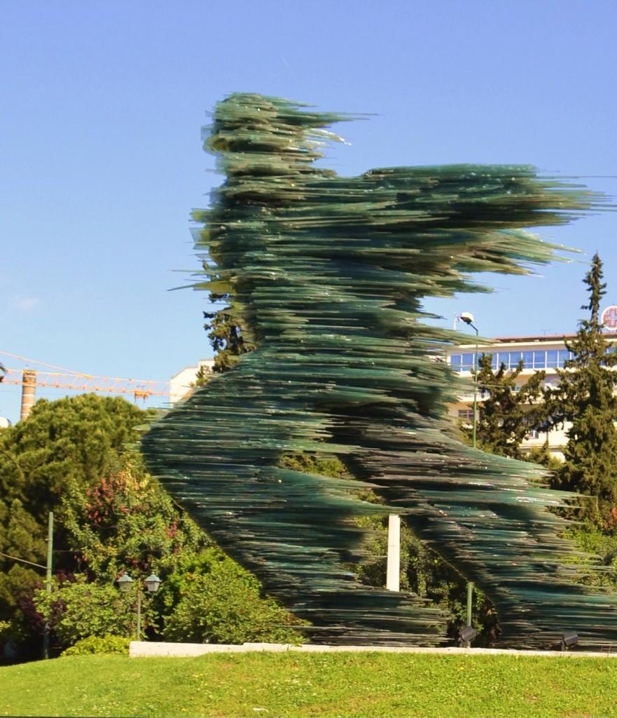 Ein stiller Renner kann auch bekannt sein. Statue aus Glas von dem Bildhauer Kostas Varotsos. Fotos: Athens Authentic Marathon