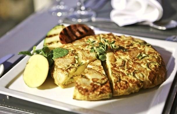 Froutalia aus Andros-Omelet mit Wurst, Kartoffeln und Zucchinis
