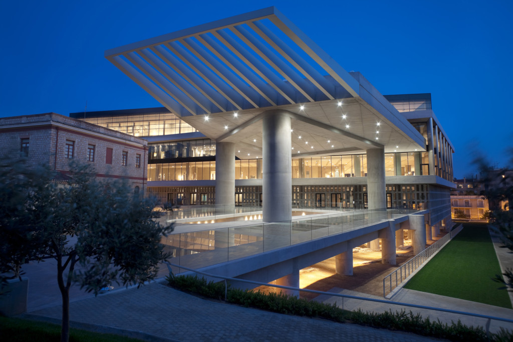 view_of_the_museums_entrance_by_night1