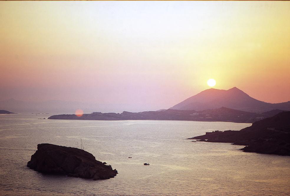 Die archäologische Stätte gibt die winzige Bucht um und man muss wortwörtlich durch alte Ruinen laufen, um zum Strand zu kommen!