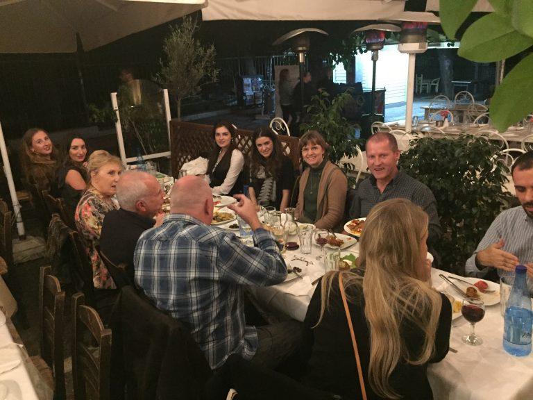 Mittagessen in einer traditionellen Taverne in Athen.