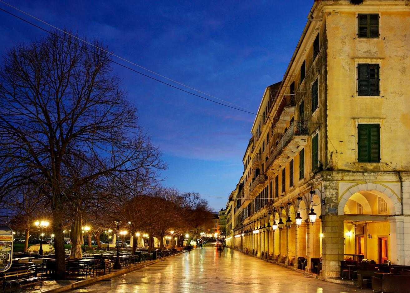 Korfu ist berühmt Liston und Spianada, oder Esplanade, wunderschön beleuchtet in der Dämmerung.