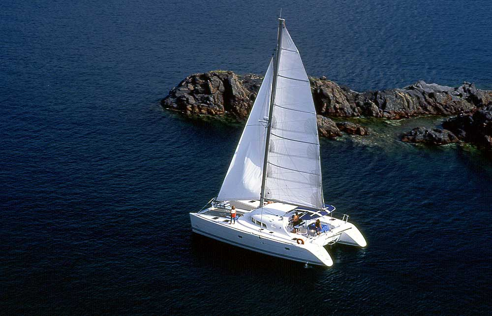22-sailing-around-santorini-caldera (2)