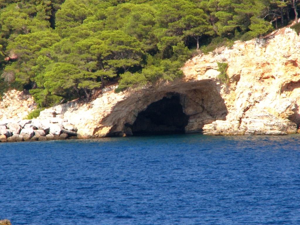 Die Blaue Höhle in Alonissos.  Wikipedia.